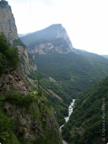 Решила сегодня поделиться с вами великолепием Кавказа. Я бесконечно люблю Кавказ, тут родилась, тут выросла и уж точно не собираюсь отсюда уезжать! Потому что тут мои любимые ГОРЫ! Да, многие скажут, что горы есть не только на Кавказе... Но ведь наши горы - самые молодые, им всего - то около 6 млн. лет:) Уж не сравнить с Уральскими, которым около 300 млн. лет. Но все же! Несмотря на, так сказать, младенческий возраст Кавказских гор - они великолепны! Мне и моря не надо, когда рядом есть они!:) Сегодня я посетила территорию Кабардино - Балкарии (соседняя республика), а именно - Черекское ущелье (Черекскую теснину, Голубые озера), Чегемские водопады, горячий источник Аушигер... Для начала - кратенькие сведения, а потом - фото, фото и фото:) Без каких - либо комментариев, хочу поделиться с вами той красотой, которую я сегодня наблюдала воочию:) Итак... Черекское ущелье... Черекское ущелье - одно из самых известных ущелий Кабардино-Балкарии. Его обрывы в высоту составляют более 200 метров, а высота всей чашки с почти отвесными стенами - около 500 метров. Через него можно пройти или проехать через тоннель, а можно пройти по пешеходной дороге, прямо по самому краю (мы шли именно по пешеходной дороге, хотя раньше по ней ездили машины...). Чувство, которое охватывает при взгляде на ущелье - страшно красиво. Именно так, и страшно, и красиво. Очень красиво и жутко страшно. Так страшно, что хочется то закрыть глаза, то смотреть, не отрываясь. Феерическая, захватывающая дух высота.  А теперь только фото... Наслаждайтесь!:) фото 17