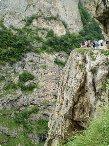Решила сегодня поделиться с вами великолепием Кавказа. Я бесконечно люблю Кавказ, тут родилась, тут выросла и уж точно не собираюсь отсюда уезжать! Потому что тут мои любимые ГОРЫ! Да, многие скажут, что горы есть не только на Кавказе... Но ведь наши горы - самые молодые, им всего - то около 6 млн. лет:) Уж не сравнить с Уральскими, которым около 300 млн. лет. Но все же! Несмотря на, так сказать, младенческий возраст Кавказских гор - они великолепны! Мне и моря не надо, когда рядом есть они!:) Сегодня я посетила территорию Кабардино - Балкарии (соседняя республика), а именно - Черекское ущелье (Черекскую теснину, Голубые озера), Чегемские водопады, горячий источник Аушигер... Для начала - кратенькие сведения, а потом - фото, фото и фото:) Без каких - либо комментариев, хочу поделиться с вами той красотой, которую я сегодня наблюдала воочию:) Итак... Черекское ущелье... Черекское ущелье - одно из самых известных ущелий Кабардино-Балкарии. Его обрывы в высоту составляют более 200 метров, а высота всей чашки с почти отвесными стенами - около 500 метров. Через него можно пройти или проехать через тоннель, а можно пройти по пешеходной дороге, прямо по самому краю (мы шли именно по пешеходной дороге, хотя раньше по ней ездили машины...). Чувство, которое охватывает при взгляде на ущелье - страшно красиво. Именно так, и страшно, и красиво. Очень красиво и жутко страшно. Так страшно, что хочется то закрыть глаза, то смотреть, не отрываясь. Феерическая, захватывающая дух высота.  А теперь только фото... Наслаждайтесь!:) фото 18