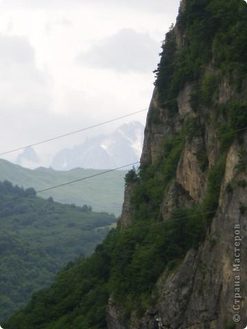 Решила сегодня поделиться с вами великолепием Кавказа. Я бесконечно люблю Кавказ, тут родилась, тут выросла и уж точно не собираюсь отсюда уезжать! Потому что тут мои любимые ГОРЫ! Да, многие скажут, что горы есть не только на Кавказе... Но ведь наши горы - самые молодые, им всего - то около 6 млн. лет:) Уж не сравнить с Уральскими, которым около 300 млн. лет. Но все же! Несмотря на, так сказать, младенческий возраст Кавказских гор - они великолепны! Мне и моря не надо, когда рядом есть они!:) Сегодня я посетила территорию Кабардино - Балкарии (соседняя республика), а именно - Черекское ущелье (Черекскую теснину, Голубые озера), Чегемские водопады, горячий источник Аушигер... Для начала - кратенькие сведения, а потом - фото, фото и фото:) Без каких - либо комментариев, хочу поделиться с вами той красотой, которую я сегодня наблюдала воочию:) Итак... Черекское ущелье... Черекское ущелье - одно из самых известных ущелий Кабардино-Балкарии. Его обрывы в высоту составляют более 200 метров, а высота всей чашки с почти отвесными стенами - около 500 метров. Через него можно пройти или проехать через тоннель, а можно пройти по пешеходной дороге, прямо по самому краю (мы шли именно по пешеходной дороге, хотя раньше по ней ездили машины...). Чувство, которое охватывает при взгляде на ущелье - страшно красиво. Именно так, и страшно, и красиво. Очень красиво и жутко страшно. Так страшно, что хочется то закрыть глаза, то смотреть, не отрываясь. Феерическая, захватывающая дух высота.  А теперь только фото... Наслаждайтесь!:) фото 19