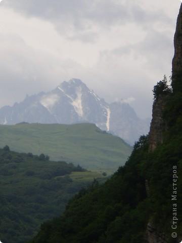 Решила сегодня поделиться с вами великолепием Кавказа. Я бесконечно люблю Кавказ, тут родилась, тут выросла и уж точно не собираюсь отсюда уезжать! Потому что тут мои любимые ГОРЫ! Да, многие скажут, что горы есть не только на Кавказе... Но ведь наши горы - самые молодые, им всего - то около 6 млн. лет:) Уж не сравнить с Уральскими, которым около 300 млн. лет. Но все же! Несмотря на, так сказать, младенческий возраст Кавказских гор - они великолепны! Мне и моря не надо, когда рядом есть они!:) Сегодня я посетила территорию Кабардино - Балкарии (соседняя республика), а именно - Черекское ущелье (Черекскую теснину, Голубые озера), Чегемские водопады, горячий источник Аушигер... Для начала - кратенькие сведения, а потом - фото, фото и фото:) Без каких - либо комментариев, хочу поделиться с вами той красотой, которую я сегодня наблюдала воочию:) Итак... Черекское ущелье... Черекское ущелье - одно из самых известных ущелий Кабардино-Балкарии. Его обрывы в высоту составляют более 200 метров, а высота всей чашки с почти отвесными стенами - около 500 метров. Через него можно пройти или проехать через тоннель, а можно пройти по пешеходной дороге, прямо по самому краю (мы шли именно по пешеходной дороге, хотя раньше по ней ездили машины...). Чувство, которое охватывает при взгляде на ущелье - страшно красиво. Именно так, и страшно, и красиво. Очень красиво и жутко страшно. Так страшно, что хочется то закрыть глаза, то смотреть, не отрываясь. Феерическая, захватывающая дух высота.  А теперь только фото... Наслаждайтесь!:) фото 20