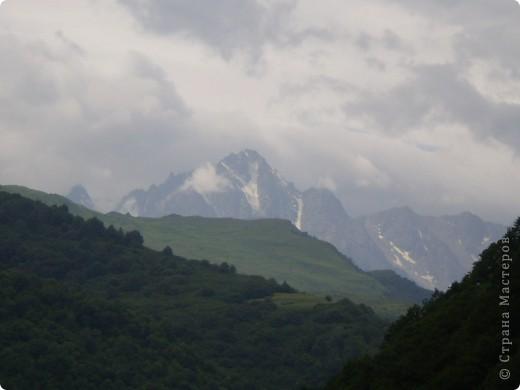 Решила сегодня поделиться с вами великолепием Кавказа. Я бесконечно люблю Кавказ, тут родилась, тут выросла и уж точно не собираюсь отсюда уезжать! Потому что тут мои любимые ГОРЫ! Да, многие скажут, что горы есть не только на Кавказе... Но ведь наши горы - самые молодые, им всего - то около 6 млн. лет:) Уж не сравнить с Уральскими, которым около 300 млн. лет. Но все же! Несмотря на, так сказать, младенческий возраст Кавказских гор - они великолепны! Мне и моря не надо, когда рядом есть они!:) Сегодня я посетила территорию Кабардино - Балкарии (соседняя республика), а именно - Черекское ущелье (Черекскую теснину, Голубые озера), Чегемские водопады, горячий источник Аушигер... Для начала - кратенькие сведения, а потом - фото, фото и фото:) Без каких - либо комментариев, хочу поделиться с вами той красотой, которую я сегодня наблюдала воочию:) Итак... Черекское ущелье... Черекское ущелье - одно из самых известных ущелий Кабардино-Балкарии. Его обрывы в высоту составляют более 200 метров, а высота всей чашки с почти отвесными стенами - около 500 метров. Через него можно пройти или проехать через тоннель, а можно пройти по пешеходной дороге, прямо по самому краю (мы шли именно по пешеходной дороге, хотя раньше по ней ездили машины...). Чувство, которое охватывает при взгляде на ущелье - страшно красиво. Именно так, и страшно, и красиво. Очень красиво и жутко страшно. Так страшно, что хочется то закрыть глаза, то смотреть, не отрываясь. Феерическая, захватывающая дух высота.  А теперь только фото... Наслаждайтесь!:) фото 22