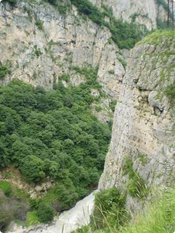Решила сегодня поделиться с вами великолепием Кавказа. Я бесконечно люблю Кавказ, тут родилась, тут выросла и уж точно не собираюсь отсюда уезжать! Потому что тут мои любимые ГОРЫ! Да, многие скажут, что горы есть не только на Кавказе... Но ведь наши горы - самые молодые, им всего - то около 6 млн. лет:) Уж не сравнить с Уральскими, которым около 300 млн. лет. Но все же! Несмотря на, так сказать, младенческий возраст Кавказских гор - они великолепны! Мне и моря не надо, когда рядом есть они!:) Сегодня я посетила территорию Кабардино - Балкарии (соседняя республика), а именно - Черекское ущелье (Черекскую теснину, Голубые озера), Чегемские водопады, горячий источник Аушигер... Для начала - кратенькие сведения, а потом - фото, фото и фото:) Без каких - либо комментариев, хочу поделиться с вами той красотой, которую я сегодня наблюдала воочию:) Итак... Черекское ущелье... Черекское ущелье - одно из самых известных ущелий Кабардино-Балкарии. Его обрывы в высоту составляют более 200 метров, а высота всей чашки с почти отвесными стенами - около 500 метров. Через него можно пройти или проехать через тоннель, а можно пройти по пешеходной дороге, прямо по самому краю (мы шли именно по пешеходной дороге, хотя раньше по ней ездили машины...). Чувство, которое охватывает при взгляде на ущелье - страшно красиво. Именно так, и страшно, и красиво. Очень красиво и жутко страшно. Так страшно, что хочется то закрыть глаза, то смотреть, не отрываясь. Феерическая, захватывающая дух высота.  А теперь только фото... Наслаждайтесь!:) фото 23