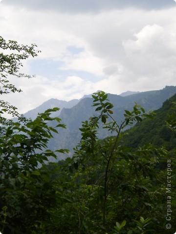 Решила сегодня поделиться с вами великолепием Кавказа. Я бесконечно люблю Кавказ, тут родилась, тут выросла и уж точно не собираюсь отсюда уезжать! Потому что тут мои любимые ГОРЫ! Да, многие скажут, что горы есть не только на Кавказе... Но ведь наши горы - самые молодые, им всего - то около 6 млн. лет:) Уж не сравнить с Уральскими, которым около 300 млн. лет. Но все же! Несмотря на, так сказать, младенческий возраст Кавказских гор - они великолепны! Мне и моря не надо, когда рядом есть они!:) Сегодня я посетила территорию Кабардино - Балкарии (соседняя республика), а именно - Черекское ущелье (Черекскую теснину, Голубые озера), Чегемские водопады, горячий источник Аушигер... Для начала - кратенькие сведения, а потом - фото, фото и фото:) Без каких - либо комментариев, хочу поделиться с вами той красотой, которую я сегодня наблюдала воочию:) Итак... Черекское ущелье... Черекское ущелье - одно из самых известных ущелий Кабардино-Балкарии. Его обрывы в высоту составляют более 200 метров, а высота всей чашки с почти отвесными стенами - около 500 метров. Через него можно пройти или проехать через тоннель, а можно пройти по пешеходной дороге, прямо по самому краю (мы шли именно по пешеходной дороге, хотя раньше по ней ездили машины...). Чувство, которое охватывает при взгляде на ущелье - страшно красиво. Именно так, и страшно, и красиво. Очень красиво и жутко страшно. Так страшно, что хочется то закрыть глаза, то смотреть, не отрываясь. Феерическая, захватывающая дух высота.  А теперь только фото... Наслаждайтесь!:) фото 24