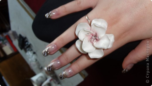 Попробовала сделать цветок саккуры. Дочери очень понравилось. Попросила сделать кольцо а к нему в комплект сережки-гвоздики фото 5