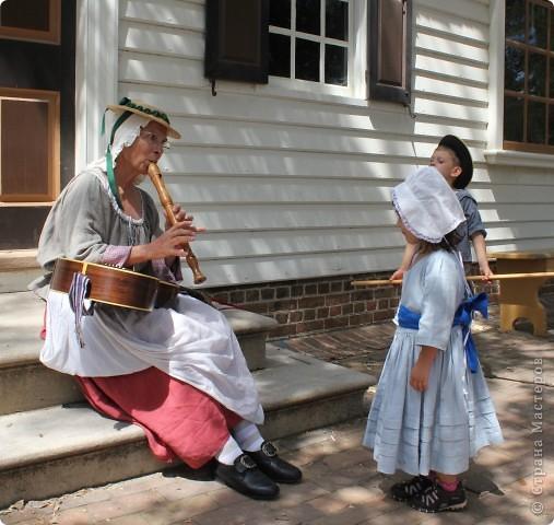 """Солдат с подружкой.  В обиду не даст.   Это мои малявки.  Оба одеты в стиле первопоселенцев.  На прошлых выходных мы ездили в Колониальный Вильямсбург. Это живой город-музей 18 века на открытом воздухе, частично отреставрированный, частично сохраненный еще с колониальных времен Северной Америки, а точнее США.  В 18 веке Вильямсбург был столицей Вирджинии (сегодня столица - Ричмонд).    В городе открыты магазинчики и таверны, ремесленные мастерские и даже есть извозчики, """"жители"""" ведут самый активный """"колониальный"""" стиль жизни...  Конечно, все это актеры, но все похоже на правду и нам очень понравилось.       фото 12"""