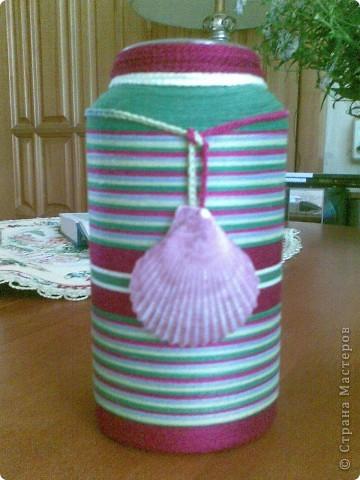 Готова бутылочка для сестры! Правда, это не бутылочка, а скорее баночка, т.к. она собирается в нее ставить цветы. Цвета подобраны под интерьер (на мой вкус чуть мрачновато, но на вкус и цвет товарища нет). Шнурок с ракушкой съемный, не знаю как лучше - с ней или без нее. Мне кажется вместо нее сюда подошли бы китайские монетки. Как считаете? фото 1