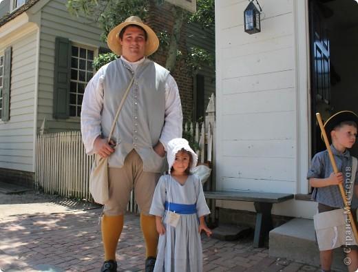 """Солдат с подружкой.  В обиду не даст.   Это мои малявки.  Оба одеты в стиле первопоселенцев.  На прошлых выходных мы ездили в Колониальный Вильямсбург. Это живой город-музей 18 века на открытом воздухе, частично отреставрированный, частично сохраненный еще с колониальных времен Северной Америки, а точнее США.  В 18 веке Вильямсбург был столицей Вирджинии (сегодня столица - Ричмонд).    В городе открыты магазинчики и таверны, ремесленные мастерские и даже есть извозчики, """"жители"""" ведут самый активный """"колониальный"""" стиль жизни...  Конечно, все это актеры, но все похоже на правду и нам очень понравилось.       фото 7"""