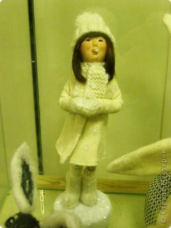 В предновогодние деньки в г.Иркутске в выставочном зале Дома художников проходила выставка авторских кукол. Мне посчастливилось там побывать,вот решила показать и вам,милые рукодельницы, те шедевры,которые там выставлены. Техники и материалы  были разнообразными: и скульптурный текстиль,и керамика, и рога животных, и вязание,валяние, и многое-многое другое. Авторы разного возраста и уровня мастерства.  фото 3