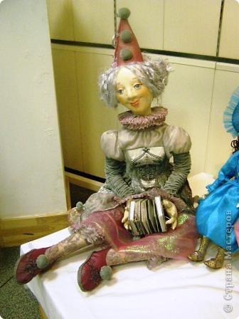В предновогодние деньки в г.Иркутске в выставочном зале Дома художников проходила выставка авторских кукол. Мне посчастливилось там побывать,вот решила показать и вам,милые рукодельницы, те шедевры,которые там выставлены. Техники и материалы  были разнообразными: и скульптурный текстиль,и керамика, и рога животных, и вязание,валяние, и многое-многое другое. Авторы разного возраста и уровня мастерства.  фото 6