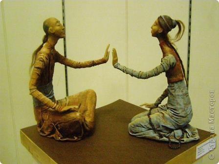 В предновогодние деньки в г.Иркутске в выставочном зале Дома художников проходила выставка авторских кукол. Мне посчастливилось там побывать,вот решила показать и вам,милые рукодельницы, те шедевры,которые там выставлены. Техники и материалы  были разнообразными: и скульптурный текстиль,и керамика, и рога животных, и вязание,валяние, и многое-многое другое. Авторы разного возраста и уровня мастерства.  фото 7