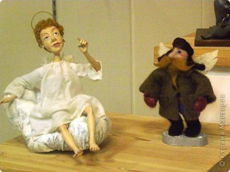 В предновогодние деньки в г.Иркутске в выставочном зале Дома художников проходила выставка авторских кукол. Мне посчастливилось там побывать,вот решила показать и вам,милые рукодельницы, те шедевры,которые там выставлены. Техники и материалы  были разнообразными: и скульптурный текстиль,и керамика, и рога животных, и вязание,валяние, и многое-многое другое. Авторы разного возраста и уровня мастерства.  фото 9