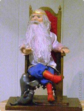 В предновогодние деньки в г.Иркутске в выставочном зале Дома художников проходила выставка авторских кукол. Мне посчастливилось там побывать,вот решила показать и вам,милые рукодельницы, те шедевры,которые там выставлены. Техники и материалы  были разнообразными: и скульптурный текстиль,и керамика, и рога животных, и вязание,валяние, и многое-многое другое. Авторы разного возраста и уровня мастерства.  фото 10