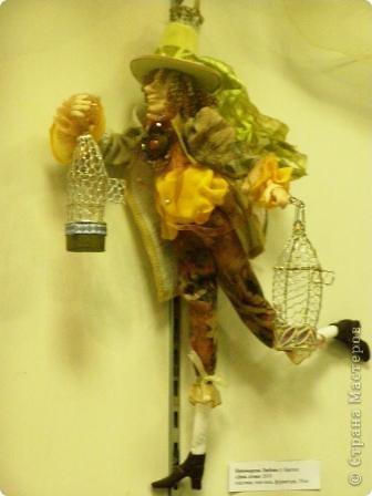В предновогодние деньки в г.Иркутске в выставочном зале Дома художников проходила выставка авторских кукол. Мне посчастливилось там побывать,вот решила показать и вам,милые рукодельницы, те шедевры,которые там выставлены. Техники и материалы  были разнообразными: и скульптурный текстиль,и керамика, и рога животных, и вязание,валяние, и многое-многое другое. Авторы разного возраста и уровня мастерства.  фото 13