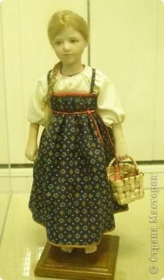 В предновогодние деньки в г.Иркутске в выставочном зале Дома художников проходила выставка авторских кукол. Мне посчастливилось там побывать,вот решила показать и вам,милые рукодельницы, те шедевры,которые там выставлены. Техники и материалы  были разнообразными: и скульптурный текстиль,и керамика, и рога животных, и вязание,валяние, и многое-многое другое. Авторы разного возраста и уровня мастерства.  фото 14