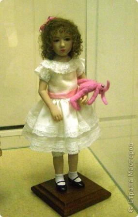 В предновогодние деньки в г.Иркутске в выставочном зале Дома художников проходила выставка авторских кукол. Мне посчастливилось там побывать,вот решила показать и вам,милые рукодельницы, те шедевры,которые там выставлены. Техники и материалы  были разнообразными: и скульптурный текстиль,и керамика, и рога животных, и вязание,валяние, и многое-многое другое. Авторы разного возраста и уровня мастерства.  фото 15