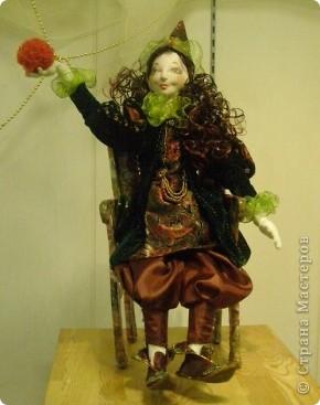 В предновогодние деньки в г.Иркутске в выставочном зале Дома художников проходила выставка авторских кукол. Мне посчастливилось там побывать,вот решила показать и вам,милые рукодельницы, те шедевры,которые там выставлены. Техники и материалы  были разнообразными: и скульптурный текстиль,и керамика, и рога животных, и вязание,валяние, и многое-многое другое. Авторы разного возраста и уровня мастерства.  фото 16