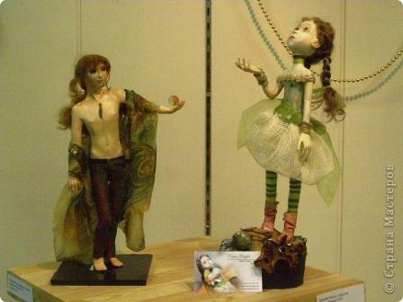 В предновогодние деньки в г.Иркутске в выставочном зале Дома художников проходила выставка авторских кукол. Мне посчастливилось там побывать,вот решила показать и вам,милые рукодельницы, те шедевры,которые там выставлены. Техники и материалы  были разнообразными: и скульптурный текстиль,и керамика, и рога животных, и вязание,валяние, и многое-многое другое. Авторы разного возраста и уровня мастерства.  фото 17