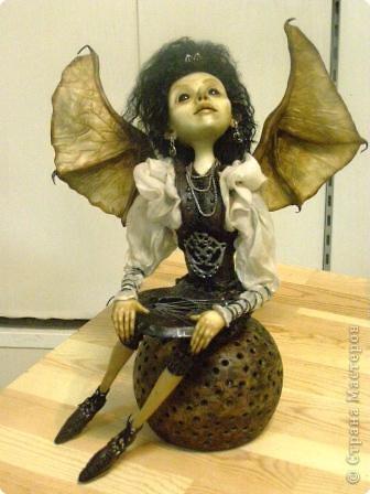 В предновогодние деньки в г.Иркутске в выставочном зале Дома художников проходила выставка авторских кукол. Мне посчастливилось там побывать,вот решила показать и вам,милые рукодельницы, те шедевры,которые там выставлены. Техники и материалы  были разнообразными: и скульптурный текстиль,и керамика, и рога животных, и вязание,валяние, и многое-многое другое. Авторы разного возраста и уровня мастерства.  фото 18