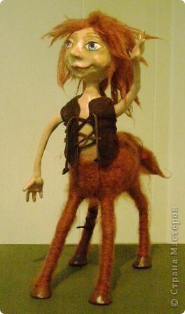 В предновогодние деньки в г.Иркутске в выставочном зале Дома художников проходила выставка авторских кукол. Мне посчастливилось там побывать,вот решила показать и вам,милые рукодельницы, те шедевры,которые там выставлены. Техники и материалы  были разнообразными: и скульптурный текстиль,и керамика, и рога животных, и вязание,валяние, и многое-многое другое. Авторы разного возраста и уровня мастерства.  фото 21