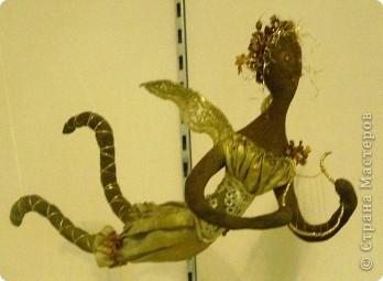 В предновогодние деньки в г.Иркутске в выставочном зале Дома художников проходила выставка авторских кукол. Мне посчастливилось там побывать,вот решила показать и вам,милые рукодельницы, те шедевры,которые там выставлены. Техники и материалы  были разнообразными: и скульптурный текстиль,и керамика, и рога животных, и вязание,валяние, и многое-многое другое. Авторы разного возраста и уровня мастерства.  фото 22