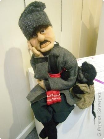 В предновогодние деньки в г.Иркутске в выставочном зале Дома художников проходила выставка авторских кукол. Мне посчастливилось там побывать,вот решила показать и вам,милые рукодельницы, те шедевры,которые там выставлены. Техники и материалы  были разнообразными: и скульптурный текстиль,и керамика, и рога животных, и вязание,валяние, и многое-многое другое. Авторы разного возраста и уровня мастерства.  фото 23