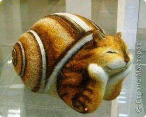 В предновогодние деньки в г.Иркутске в выставочном зале Дома художников проходила выставка авторских кукол. Мне посчастливилось там побывать,вот решила показать и вам,милые рукодельницы, те шедевры,которые там выставлены. Техники и материалы  были разнообразными: и скульптурный текстиль,и керамика, и рога животных, и вязание,валяние, и многое-многое другое. Авторы разного возраста и уровня мастерства.  фото 24