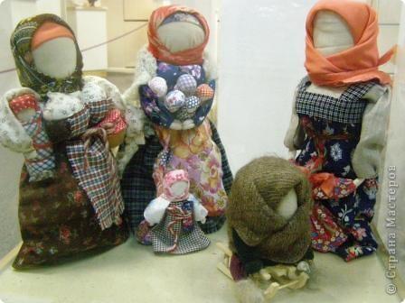 В предновогодние деньки в г.Иркутске в выставочном зале Дома художников проходила выставка авторских кукол. Мне посчастливилось там побывать,вот решила показать и вам,милые рукодельницы, те шедевры,которые там выставлены. Техники и материалы  были разнообразными: и скульптурный текстиль,и керамика, и рога животных, и вязание,валяние, и многое-многое другое. Авторы разного возраста и уровня мастерства.  фото 25