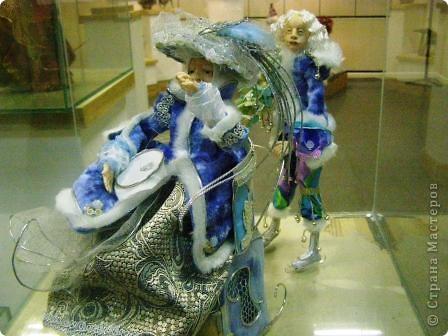 В предновогодние деньки в г.Иркутске в выставочном зале Дома художников проходила выставка авторских кукол. Мне посчастливилось там побывать,вот решила показать и вам,милые рукодельницы, те шедевры,которые там выставлены. Техники и материалы  были разнообразными: и скульптурный текстиль,и керамика, и рога животных, и вязание,валяние, и многое-многое другое. Авторы разного возраста и уровня мастерства.  фото 26