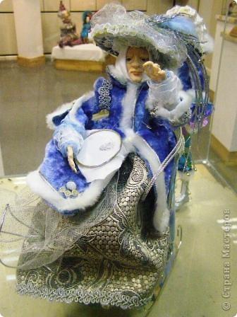 В предновогодние деньки в г.Иркутске в выставочном зале Дома художников проходила выставка авторских кукол. Мне посчастливилось там побывать,вот решила показать и вам,милые рукодельницы, те шедевры,которые там выставлены. Техники и материалы  были разнообразными: и скульптурный текстиль,и керамика, и рога животных, и вязание,валяние, и многое-многое другое. Авторы разного возраста и уровня мастерства.  фото 27