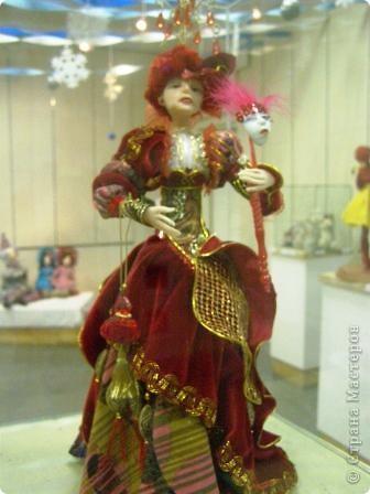 В предновогодние деньки в г.Иркутске в выставочном зале Дома художников проходила выставка авторских кукол. Мне посчастливилось там побывать,вот решила показать и вам,милые рукодельницы, те шедевры,которые там выставлены. Техники и материалы  были разнообразными: и скульптурный текстиль,и керамика, и рога животных, и вязание,валяние, и многое-многое другое. Авторы разного возраста и уровня мастерства.  фото 28