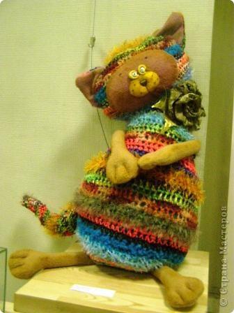 В предновогодние деньки в г.Иркутске в выставочном зале Дома художников проходила выставка авторских кукол. Мне посчастливилось там побывать,вот решила показать и вам,милые рукодельницы, те шедевры,которые там выставлены. Техники и материалы  были разнообразными: и скульптурный текстиль,и керамика, и рога животных, и вязание,валяние, и многое-многое другое. Авторы разного возраста и уровня мастерства.  фото 30