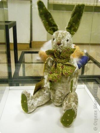 В предновогодние деньки в г.Иркутске в выставочном зале Дома художников проходила выставка авторских кукол. Мне посчастливилось там побывать,вот решила показать и вам,милые рукодельницы, те шедевры,которые там выставлены. Техники и материалы  были разнообразными: и скульптурный текстиль,и керамика, и рога животных, и вязание,валяние, и многое-многое другое. Авторы разного возраста и уровня мастерства.  фото 31