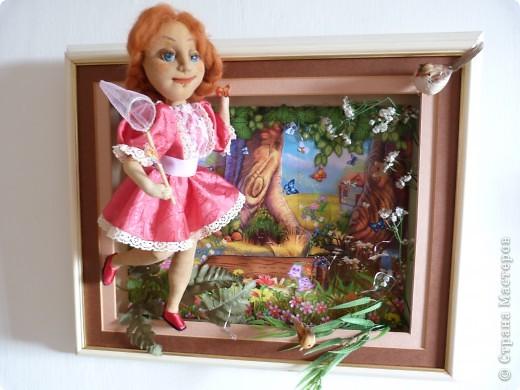 Сказочный лес. Кукла выполнена из чулка.Замысел , как будто она была в сказочном лесу и гоняясь за бабочками ,не заметила , как выбежала из леса.