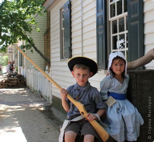 """Солдат с подружкой.  В обиду не даст.   Это мои малявки.  Оба одеты в стиле первопоселенцев.  На прошлых выходных мы ездили в Колониальный Вильямсбург. Это живой город-музей 18 века на открытом воздухе, частично отреставрированный, частично сохраненный еще с колониальных времен Северной Америки, а точнее США.  В 18 веке Вильямсбург был столицей Вирджинии (сегодня столица - Ричмонд).    В городе открыты магазинчики и таверны, ремесленные мастерские и даже есть извозчики, """"жители"""" ведут самый активный """"колониальный"""" стиль жизни...  Конечно, все это актеры, но все похоже на правду и нам очень понравилось.       фото 5"""