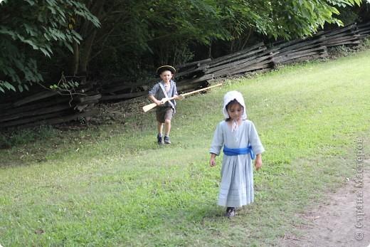 """Солдат с подружкой.  В обиду не даст.   Это мои малявки.  Оба одеты в стиле первопоселенцев.  На прошлых выходных мы ездили в Колониальный Вильямсбург. Это живой город-музей 18 века на открытом воздухе, частично отреставрированный, частично сохраненный еще с колониальных времен Северной Америки, а точнее США.  В 18 веке Вильямсбург был столицей Вирджинии (сегодня столица - Ричмонд).    В городе открыты магазинчики и таверны, ремесленные мастерские и даже есть извозчики, """"жители"""" ведут самый активный """"колониальный"""" стиль жизни...  Конечно, все это актеры, но все похоже на правду и нам очень понравилось.       фото 8"""