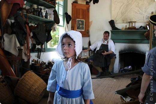 """Солдат с подружкой.  В обиду не даст.   Это мои малявки.  Оба одеты в стиле первопоселенцев.  На прошлых выходных мы ездили в Колониальный Вильямсбург. Это живой город-музей 18 века на открытом воздухе, частично отреставрированный, частично сохраненный еще с колониальных времен Северной Америки, а точнее США.  В 18 веке Вильямсбург был столицей Вирджинии (сегодня столица - Ричмонд).    В городе открыты магазинчики и таверны, ремесленные мастерские и даже есть извозчики, """"жители"""" ведут самый активный """"колониальный"""" стиль жизни...  Конечно, все это актеры, но все похоже на правду и нам очень понравилось.       фото 4"""