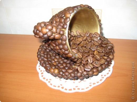 Ах, чашка кофе поутру! Ну, разве кто-нибудь не знает, Как люба сонному нутру Она, горячая, бывает?