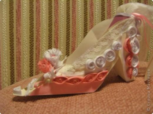 Здраствуйте уважаемые мастера и мастерицы!  Рада показать свою первую работу с тех пор как я на этом сайте.)Эта милая маленький туфелька, подарок одной очаровательной невесте. фото 2