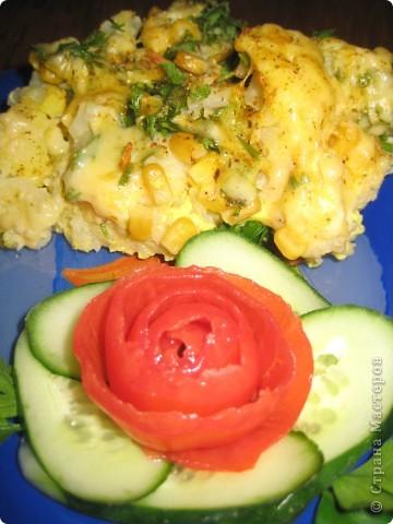 Цветная капуста 1-1,5 кг  кукуруза или зелёный горошек 200г или банка (если консервированный),  сыр 100-150 г,  молоко, сливки или сметана 150-200 г,  масло  яйцо 3 шт.  зелень,  соль,  перец,  Приготовление:  Капусту разобрать на соцветия и отварить в солёной воде до готовности 5-10мин.Готовую капусту процедить, смешать с кукурузой или горошком и положить в форму для запекания.Яйца вбить с молоком.Смесь вылить на выложенную в форму для запекания капусту.Натереть сыр на терке и посыпать сверху, можно разложить кусочки сливочного масла.Поставить в горячую духовку на 20 мин., пока сыр не зарумянится. Приятного аппетита! фото 1