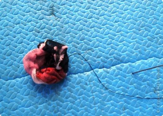 Вот такие бусы сделала в походе из цветной сетки. фото 6