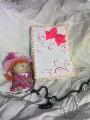 ну в общем вот и подарок для племяшки, в который входит: кукла-погремушка, и альбом для фото в коробочке  фото 1