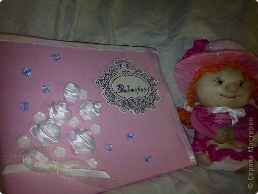 ну в общем вот и подарок для племяшки, в который входит: кукла-погремушка, и альбом для фото в коробочке  фото 2