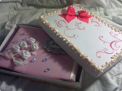 ну в общем вот и подарок для племяшки, в который входит: кукла-погремушка, и альбом для фото в коробочке  фото 3