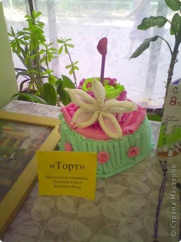 В библиотеке был праздник день города туда я вместе с моим другом федей принесли вот такой торт из гофротрубочек) фото 1