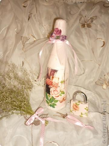 Сегодня год , какя  в Стране МАстеров!!!!!  И у меня сегодня бутылочка свадебная ,все просто обезжирила, покралы белым акрилом,истончила открытку приклеила ее на ПВА, прокрасила светло розовым акрилом,приклеила пайетки и по низу бутылки кружево,верх закрыла фатином  в пару сдела замочек,только там тыла салфетка и вуаля! фото 1