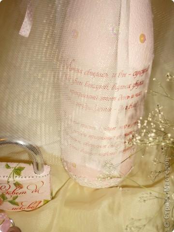 Сегодня год , какя  в Стране МАстеров!!!!!  И у меня сегодня бутылочка свадебная ,все просто обезжирила, покралы белым акрилом,истончила открытку приклеила ее на ПВА, прокрасила светло розовым акрилом,приклеила пайетки и по низу бутылки кружево,верх закрыла фатином  в пару сдела замочек,только там тыла салфетка и вуаля! фото 3