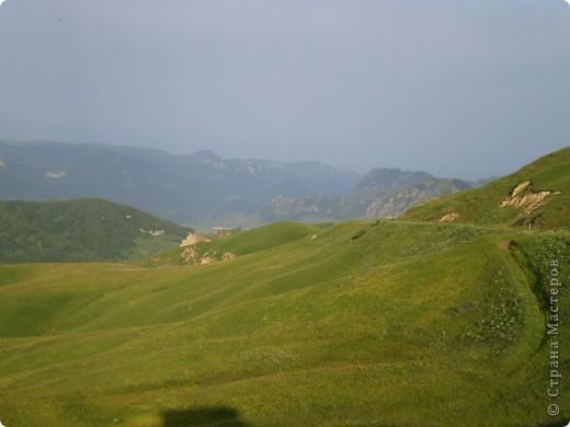Ну, вот и обещанный фоторепортаж о поездке в Домбай. Домбай - это поселок в Карачаево - Черкессии, один из знаменитых горнолыжных курортов России.  Мы ехали через перевал Гум - баши. Было раннее утро, когда поднялись на перевал, и поэтому горы Кавказского хребта еще скрыты в утренней дымке. Виды перевала Гум - баши. фото 1