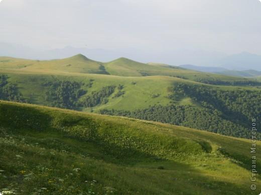 Ну, вот и обещанный фоторепортаж о поездке в Домбай. Домбай - это поселок в Карачаево - Черкессии, один из знаменитых горнолыжных курортов России.  Мы ехали через перевал Гум - баши. Было раннее утро, когда поднялись на перевал, и поэтому горы Кавказского хребта еще скрыты в утренней дымке. Виды перевала Гум - баши. фото 2