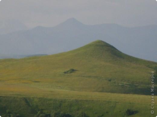 Ну, вот и обещанный фоторепортаж о поездке в Домбай. Домбай - это поселок в Карачаево - Черкессии, один из знаменитых горнолыжных курортов России.  Мы ехали через перевал Гум - баши. Было раннее утро, когда поднялись на перевал, и поэтому горы Кавказского хребта еще скрыты в утренней дымке. Виды перевала Гум - баши. фото 3