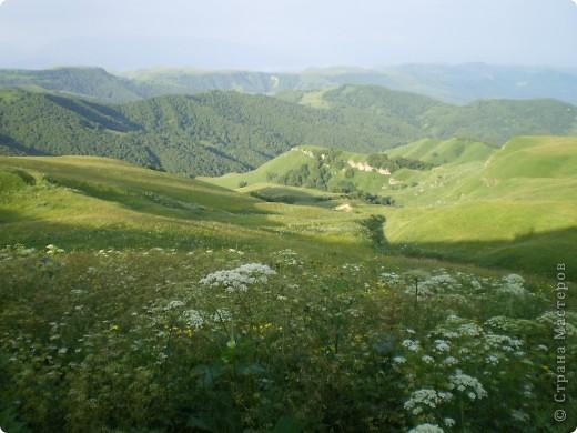 Ну, вот и обещанный фоторепортаж о поездке в Домбай. Домбай - это поселок в Карачаево - Черкессии, один из знаменитых горнолыжных курортов России.  Мы ехали через перевал Гум - баши. Было раннее утро, когда поднялись на перевал, и поэтому горы Кавказского хребта еще скрыты в утренней дымке. Виды перевала Гум - баши. фото 4